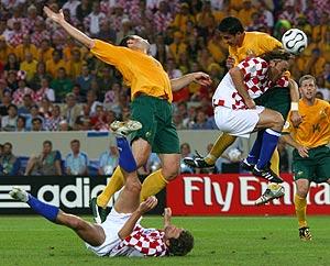 Viduka, Tomas, Simic y Cahill pelean por un balón. (Foto: REUTERS)