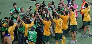Los australianos saludan a sus aficionados. (Foto: AP)