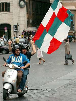 Aficionados italianos celebran en el centro de Roma la victoria de su selección frente a República Checa. (Foto: EFE)