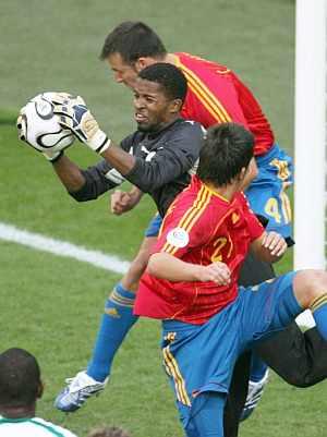 Zaid atrapa el balón entre Marchena y Villa. (Foto: EFE)