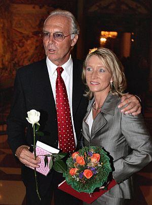 Franz Beckenbauer y su ya esposa Heidi Burmester, fotografiados el pasado 15 de septiembre. (Foto: AFP)