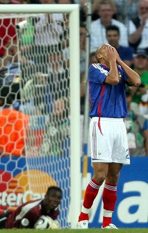 Trezeguet se lamenta tras fallar una ocasión ante Togo. (Foto: EFE)