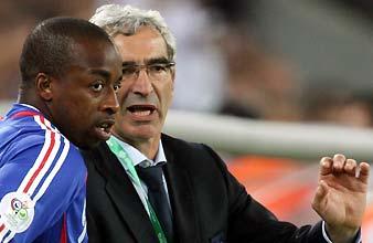 Domenech, con Govou durante un partido. (Foto: REUTERS)