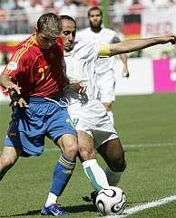 Joaquín trata de superar a Al Jaber durante el encuentro entre España y Arabia Saudí. (Foto: AP)