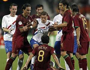 El holandés Wesley Sneijder, en el centro, se encara con el portugués Petit. (Foto: AP)