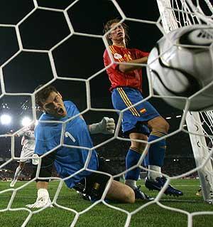 Casillas reacciona en el segundo gol francés, ante Sergio Ramos. (Foto: REUTERS)