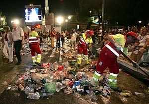 Basura y tristeza. Noche dura para los servicios de limpieza. (Foto: EFE)