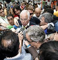 Luis Aragonés atiende a la prensa tras la derrota de la selección española ante Francia. (Foto: EFE)