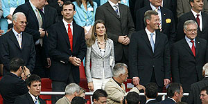 Los Príncipes, junto a Beckenbauer, el día del partido. (Foto: EFE)
