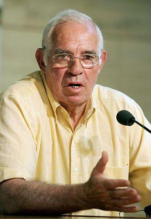 Luis Aragonés, durante la rueda de prensa. (Foto: EFE)