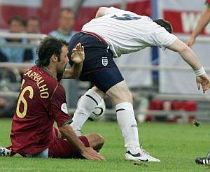 Rooney pisa a Carvalho. (Foto: AP)