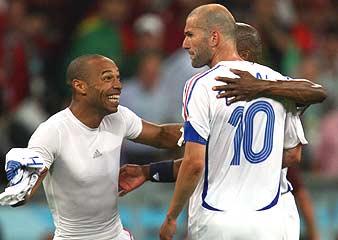 Henry felicita a Zidane./AP