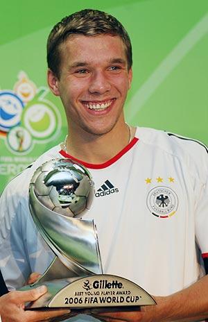 Podolski recibe el premio al mejor jugador joven del Mundial' 06. (Foto: REUTERS)