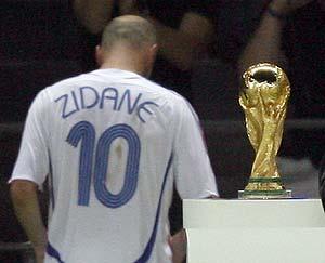 Zidane deja el campo tras su expulsión. (EFE)
