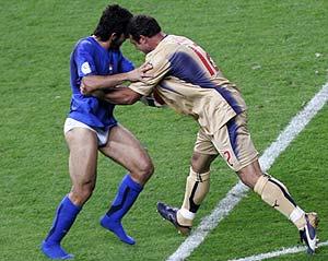Gattuso, en calzoncillos, bromea con Peruzzi. (Foto: REUTERS)
