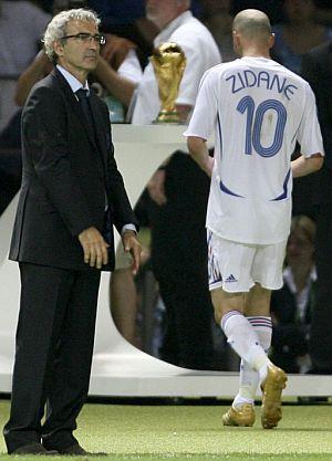 Zidane se retira del campo tras ser expulsado. (Foto: EFE)