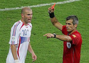 El árbitro expulsa a Zidane tras ser advertido por Medina Cantalejo. (Foto: AP)
