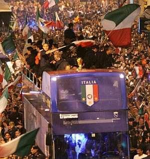 El autobús con la selección italiana avanza entre los aficionados. (Foto: EFE)