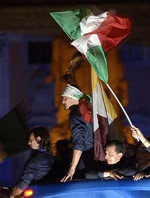 Totti muestra el trofeo a los romanos. (Foto: AP)