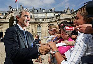 Domenech firma algunos autógrafos. (Foto: AP)