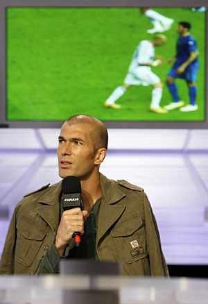 Zidane observa su cabezazo a Materazzi en televisión. (Foto: AFP)
