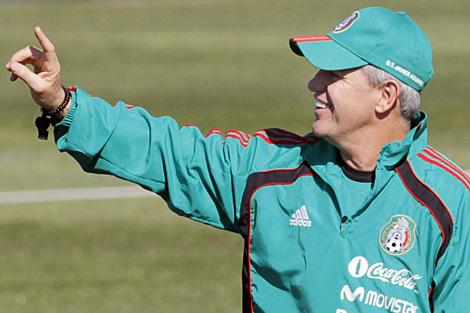 Javier Aguirre, durante una sesión de entrenamiento. | Efe