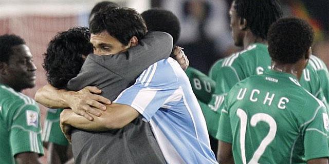 Maradona besa a Burdisso tras el partido. (EFE)