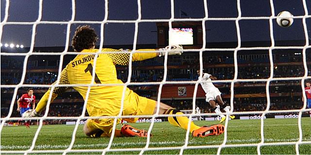Gyan supera de penalti a Stojkovic. (AFP)