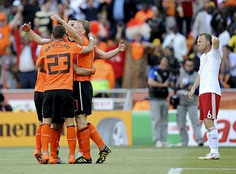 Los jugadores de Holanda festejan uno de los goles.| Efe