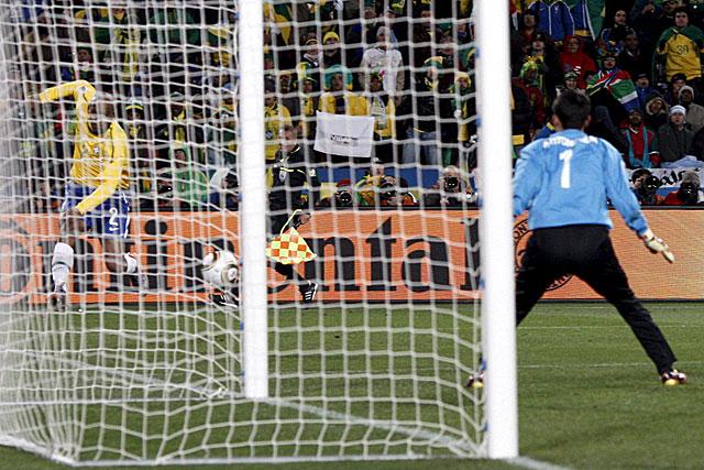 Maicon, en el primer gol del partido. (Foto: EFE)