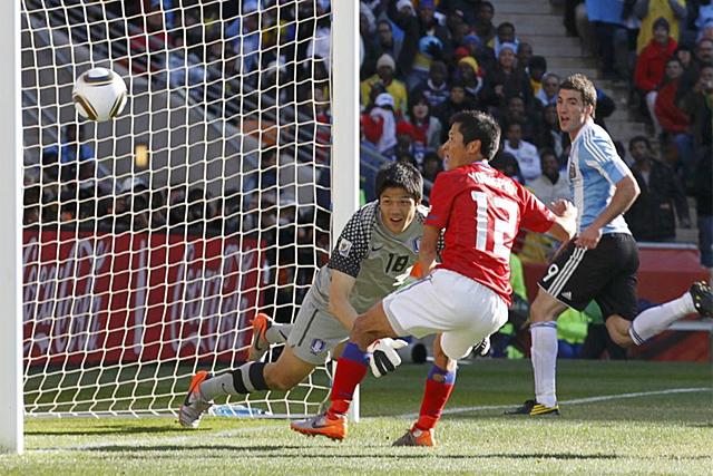 Higuaín supera al guardameta surcoreno para formar su tercer gol. (EFE)