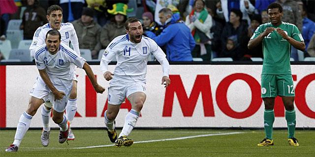 Salpingidis celebra el gol del empate. | Ap