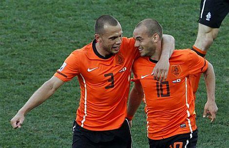 Wesley Sneijder celebra su tanto con Heiting.   Ap