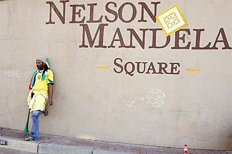 Un seguidor de Sudáfrica, en la plaza Nelson Mandela de Johanesburgo. | Reuters