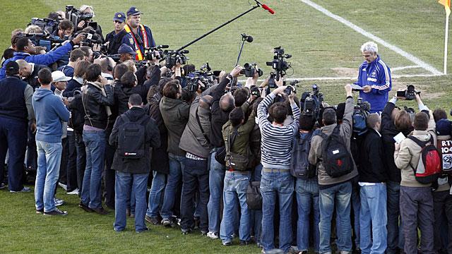 Domenech lee ante los medios la carta de los jugadores franceses. (REUTERS)