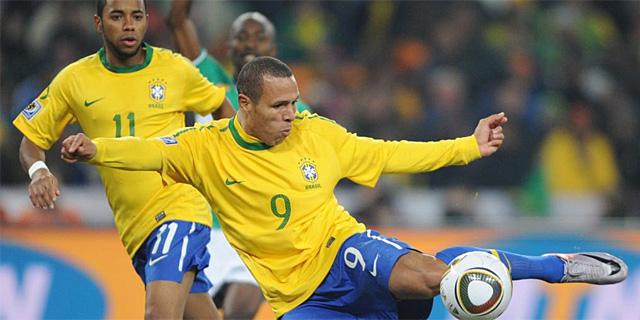 Luis Fabiano, en el remate de su segundo gol. (EFE)
