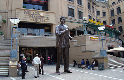 Imagen de un 'mall' en Nelson Mandela Square.   Ap