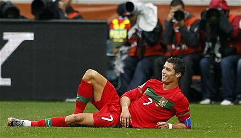 Cristiano Ronaldo sonríe durante el partido. | Ap