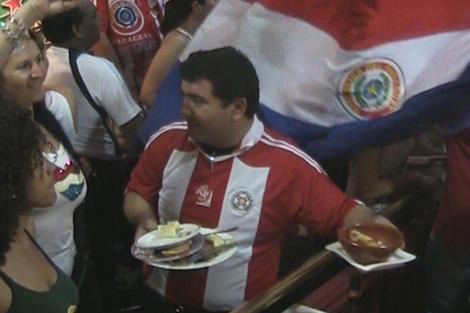 Los paraguayos celebran en Madrid la victoria ante Eslovaquia. | Ricardo Domínguez