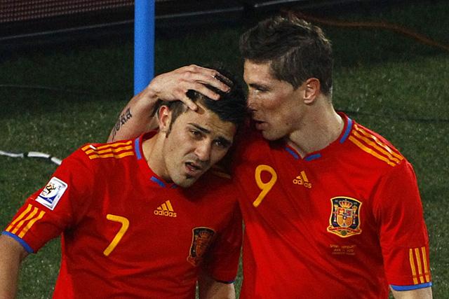 Torres consuela a Villa tras el fallo del penalti contra Honduras. (Reuters)