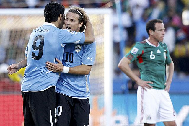 Forlán y Suárez celebran el gol uruguayo. (Foto: Reuters)