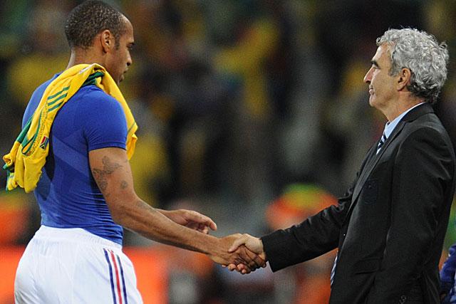 Domenech saluda a Henry tras el último partido en Sudáfrica. (Foto: AFP)