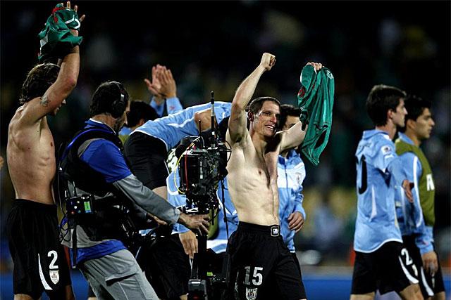 Los jugadores uruguayos se despiden de su afición después del partido ante méxico.   Efe