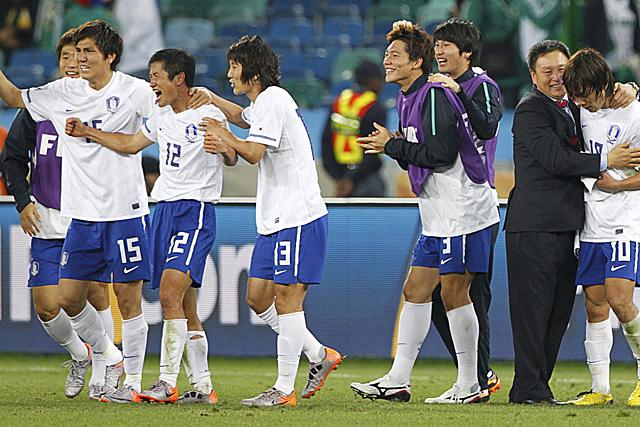 Los jugadores coreanos, tras su pase a octavos. (Foto: Reuters)