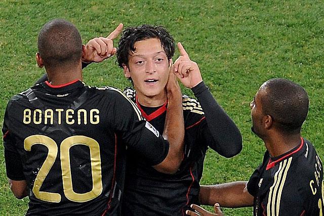 Mesut Özil, héroe de la noche alemana, felicitado por Boateng y Cacau. (Efe)