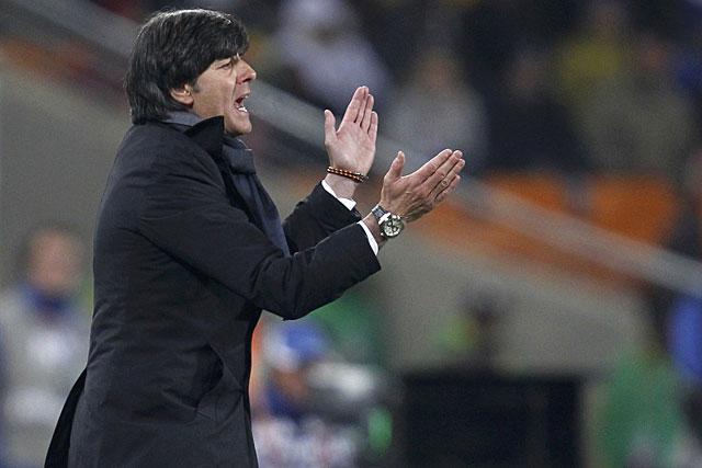 Joachim Löw anima a sus futbolistas durante el partido de Alemania contra Ghana. (Reuters)
