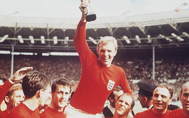 Moore, capitán de Inglaterra, levanta el trofeo de campeón en 1966.