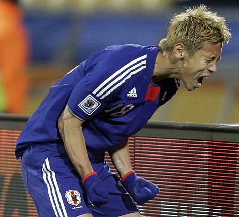 Keisuke Honda celebra su gol a Dinamarca, este jueves. (Ap)