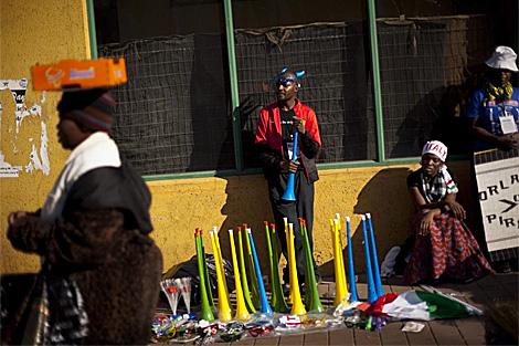 Vuvuzelas en la entrada de Ellis Park. | Ap