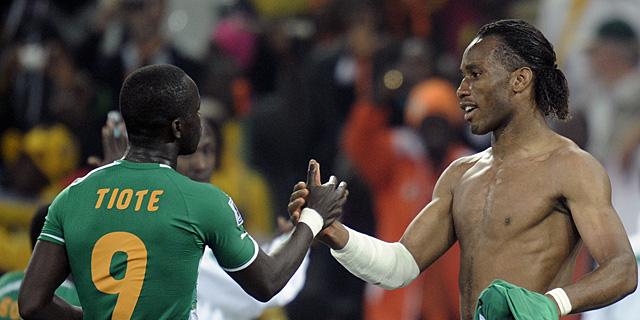 Tiote y Drogba se saludan tras el partido. (AFP)